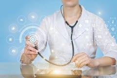 Un doctor que actúa con la estructura del servicio médico de la calidad imagenes de archivo