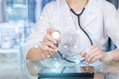 Un doctor que actúa con una estructura compuesta del servicio médico fotografía de archivo libre de regalías