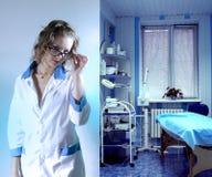 Un doctor que cuida joven Fotografía de archivo