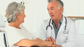 Un doctor que visita a un paciente almacen de video