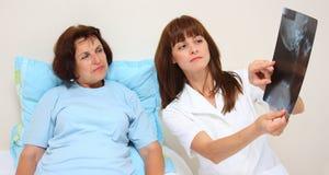 Un doctor un paciente y una radiografía Imágenes de archivo libres de regalías