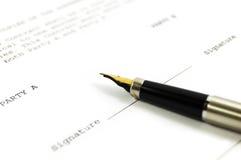 Un documento e una penna Fotografia Stock Libera da Diritti
