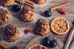 Un dolce con latte condensato e cioccolato su una tavola di legno è decorato con le bacche e le arance secche Fuoco selettivo fotografia stock