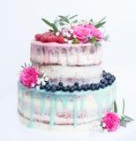 Un dolce del gocciolamento di colore di nozze con le rose, i mirtilli ed i lamponi Immagine Stock Libera da Diritti