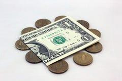 Un dollaro americano vale cento rubli russe Immagine Stock