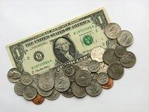 Un dollaro e monete, soldi, valuta di U.S.A. Fotografia Stock Libera da Diritti