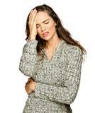 Un dolor de cabeza sufridor de la mujer atractiva joven Fotos de archivo libres de regalías