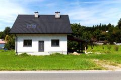 Un domicilio familiar nuevamente construido con el jardín foto de archivo libre de regalías