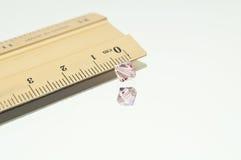 Un doppio cono rosa oltre ad un righello Fotografia Stock