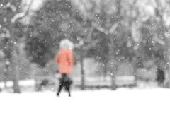 Un dos brouillé de femme dans la neige Photos stock