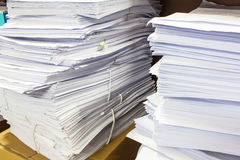 Un dossier avec des documents Image stock