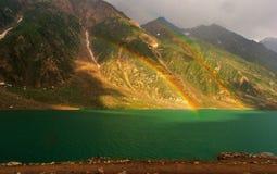 Un double arc-en-ciel au-dessus de beau saifulmalook de lac Images stock
