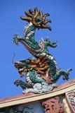 Un dragón esculpido adorna la cumbrera de un templo budista en Saigon (Vietnam) Imagen de archivo libre de regalías
