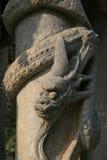 Un dragon sculpté décore une colonne dans la cour d'un temple bouddhiste près de Hanoï (Vietnam) Photographie stock