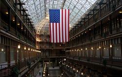 Un drapeau américain dans Cleveland Arcade Photographie stock libre de droits