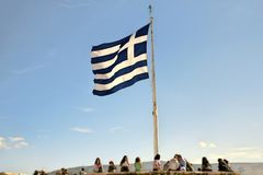 Un drapeau grec gigantesque sur l'Acropole athénienne images libres de droits