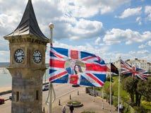 Un drapeau montrant Harry et Megan vole dans Exmouth, Devon Photographie stock