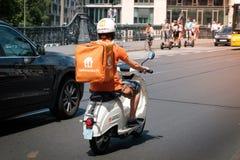 Un driver da Lieferando, una società di consegna dell'alimento di consegna dell'alimento immagine stock