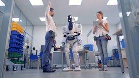 Un droid realiza las tareas, que el hombre requiere almacen de video