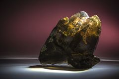 Un druso del cuarzo ahumado con la epidotis, cristalino, de piedra fotos de archivo libres de regalías