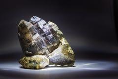 Un Druze de quartz fumeux avec l'épidote, en cristal, en pierre photo stock