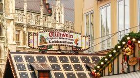 Un du marché se tient au ` s Christkindlmarkt de Munich image libre de droits
