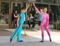 Un duo de jeunes acrobates photographie stock libre de droits