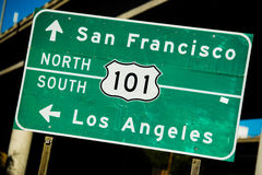 Un E.E.U.U. verdes muestra del norte/al sur de la carretera de 101 Foto de archivo libre de regalías