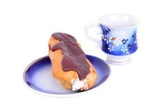 Un eclair frais de plat bleu avec des tasses de coffe Photographie stock libre de droits