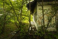 Un edificio abandonado con los arbustos y los árboles les gusta una casa encantada Depok admitido foto Jakarta Indonesia Foto de archivo