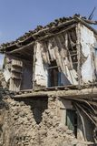 Un edificio abandonado dañado Fotos de archivo libres de regalías