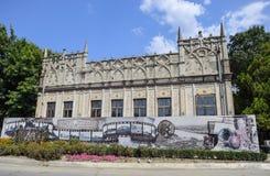 Un edificio antico del diciannovesimo secolo costruito nella città di Slavyansk-su-Kuban L'iscrizione: 150 anni dal fondare di Fotografia Stock
