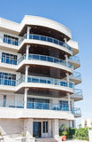Edificio tropical de la propiedad horizontal con los balcones Imágenes de archivo libres de regalías