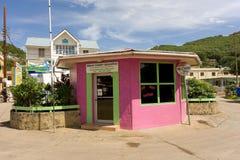 Un edificio brillantemente pintado en el Caribe Fotos de archivo libres de regalías