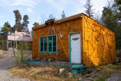 Un edificio chistoso según lo visto en una ubicación remota en Alaska Foto de archivo libre de regalías