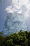Un edificio de cristal moderno fotos de archivo