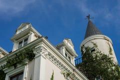 Un edificio de la bóveda del castillo en la montaña el fondo del cielo azul por arquitectura europea fotos de archivo