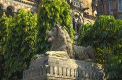 un edificio de la escultura del león del ferrocarril en Bombay Victoria Terminus imagen de archivo