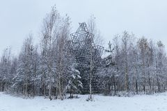 Un edificio de madera en la nieve Foto de archivo