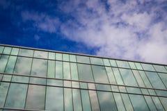 Un edificio de oficinas del estilo moderno con el cielo azul y la nube en el fondo Fotos de archivo