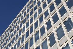 Un edificio de oficinas moderno Fotos de archivo libres de regalías