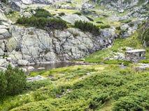 Un edificio de piedra en el ambiente rocoso cerca del lago trefoil, parte de los siete lagos Rila, montañas de Rila, Bulgaria Imagen de archivo libre de regalías