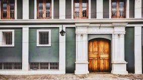 Un edificio di Ahsram e una porta tipici in Pondicherry, India immagini stock