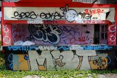 Edificio cubierto en pintada Foto de archivo