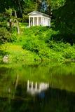 Un edificio estilizado griego en un parque imagen de archivo libre de regalías