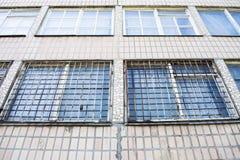 Un edificio moderno abandonado triste con las barras sucias oxidadas en el triunfo imagenes de archivo