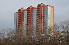 Un edificio moderno anaranjado fotografía de archivo libre de regalías