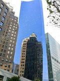 Un edificio reflejado en un edificio Fotos de archivo libres de regalías