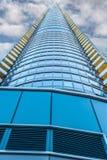Un edificio ridículo alto, con su extremidad desapareciendo en las nubes fotografía de archivo libre de regalías