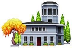 Un edificio rodeado con las plantas Fotografía de archivo